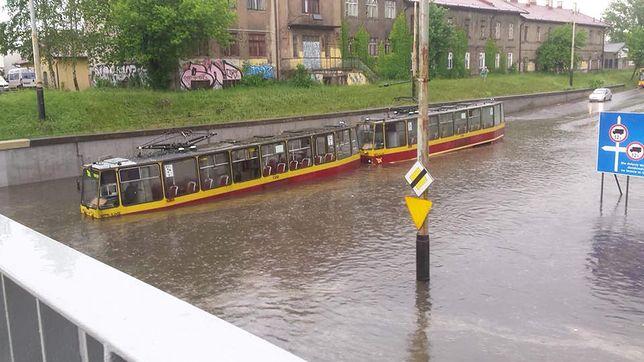 Zalany tramwaj utknął na spadku