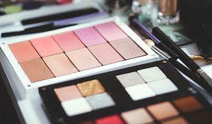 Palety do makijażu zawierają nie tylko cienie do powiek, ale także pomadki lub korektory