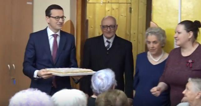 Morawiecki zasiadł do stołu z seniorami. Premier przyniósł ciasto