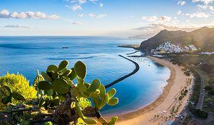 Słynna plaża las Teresitas z żółtym piaskiem w Santa Cruz de Tenerife