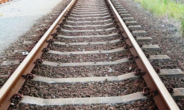 Trzech nastolatków rozkładało kamienie i gałęzie na torach kolejowych
