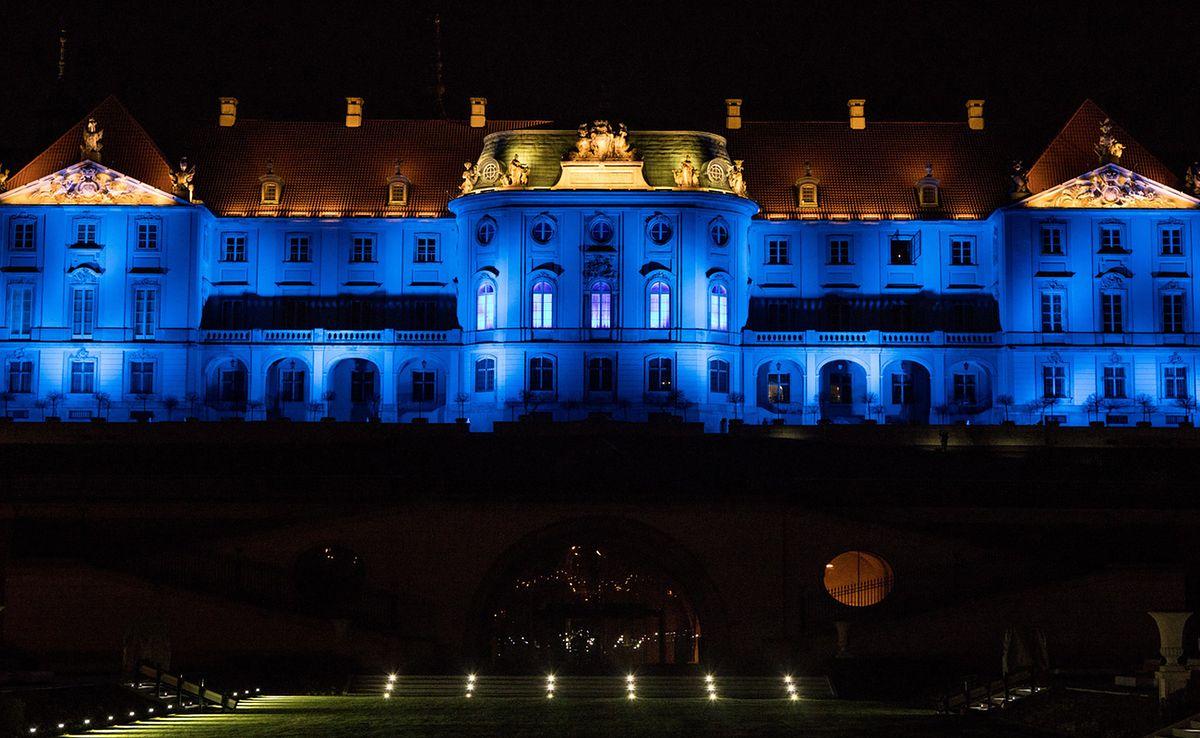 Koronawirus w Warszawie. Zamek Królewski na niebiesko. Na znak solidarności z lekarzami