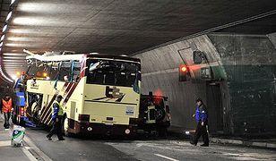 Wrak autokaru, który rozbił się w Szwajcarii
