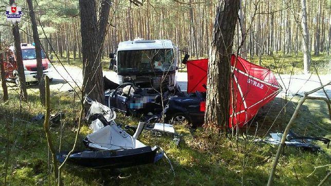 Biłgoraj. Czołowe zderzenie auta z ciężarówką. Nie żyją trzy osoby