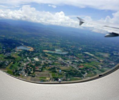 Czemu w oknach samolotów są małe dziurki?