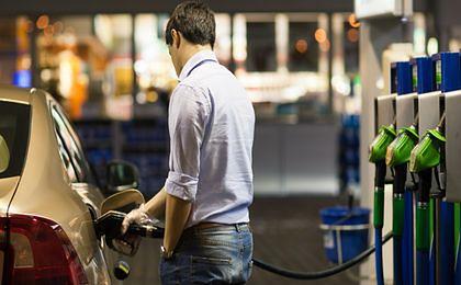 Ile litrów benzyny kupi za średnią pensję Polak, a ile Amerykanin?