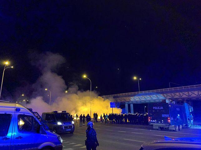 Wrocław. Nerwowo pod stadionem podczas meczu Śląska. Policjanci obrzuceni petardami