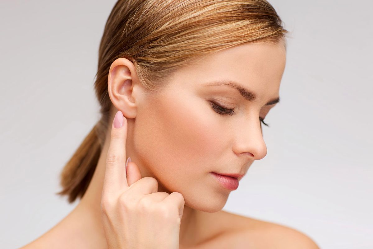 Nowy trend: wypełnianie płatków uszu kwasem hialuronowym