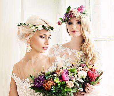 Fryzury ślubne z wiankami należą do najbardziej kobiecych uczesań