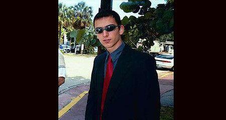 """Jonathan w ciemnych okularach, stylizujący się na Neo, który był jego ulubioną postacią z filmu """"Matrix"""" - zdjęcie ukazało się dzień po jego skazaniu w gazecie """"Miami Herald""""."""