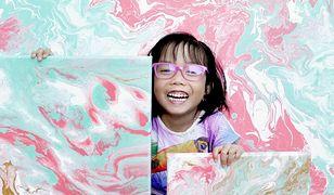 Ta 5-latka wzrusza do łez. Maluje kosmos, żeby zbierać pieniądze dla biednych