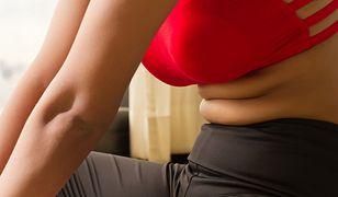 Oponka na brzuchu po porodzie potrafi utrzymywać się miesiącami nawet u szczupłych kobiet