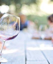 Polakom coraz bardziej smakuje wino i cydr