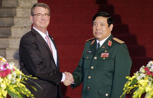 Minister obrony USA Ashton Carter ze swym wietnamskim odpowiednikiem gen. Phung Quang Thanhem