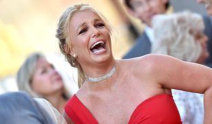 Britney Spears topless. Piersi zasłoniła dłońmi