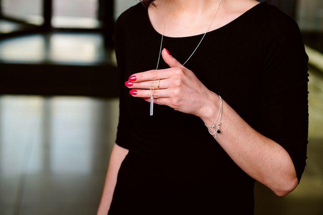 Minimalistyczna biżuteria idealnie prezentuje się na ciemnym tle
