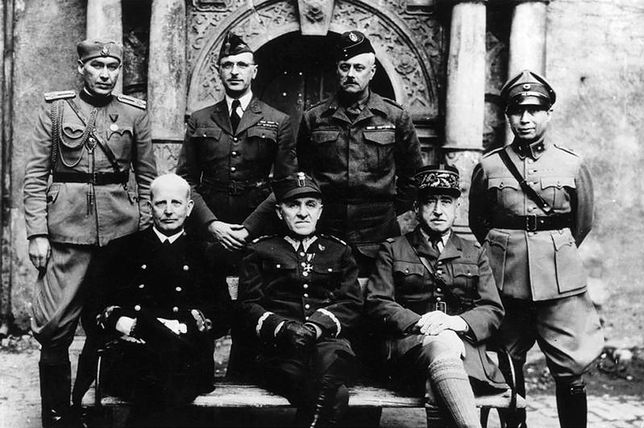 Józef Unrug (pierwszy z lewej w dolnym rzędzie) wśród oficerów przetrzymywanych w obozie jenieckim w zamku Colditz w 1941 r.