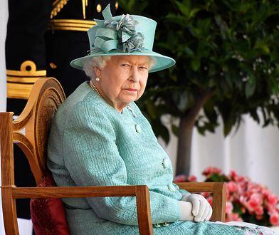Odsłonięcie portretu Elżbiety II. Sympatycy od razu zauważyli, czego brakuje na obrazie
