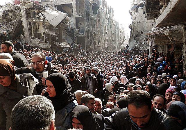Tysiące ludzi w kolejce po jedzenie i leki - zdjęcia