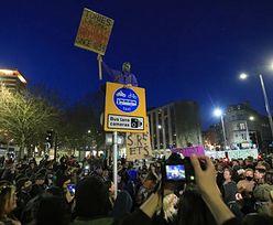 Bristol. Tysiące ludzi protestuje. Rzucali przedmiotami w policjanta