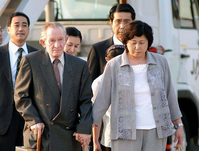 Charles Jenkins z żoną Hitomi Sogą po przylocie do Tokio, 18 lipca 2004 r.