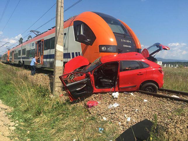 Nadjeżdżający pociąg uderzył w auto stojące na przejeździe kolejowym