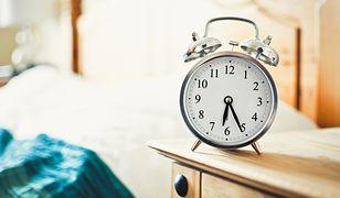 Wyposażenie sypialni. Pobudzająca historia budzika