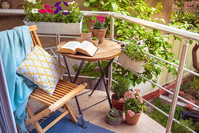 Wąski balkon można urządzić w bardzo prosty sposób