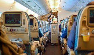 Samolotowa załoga restrykcyjnie przestrzega przepisów dotyczących bezpieczeństwa