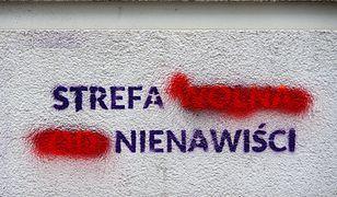 Napis na murze budynku częściowo zamalowany zmieniający znaczenie: Strefa (wolna od) nienawiści...