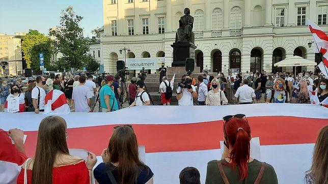 """Warszawa. """"Wolna Białoruś"""". Przy pomniku Mikołaja Kopernika w Warszawie demonstracja Białorusinów i Polaków"""