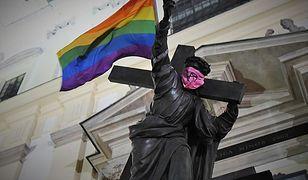 Warszawa. Specjalna modlitwa w kościele. Chodzi o tęczową flagę