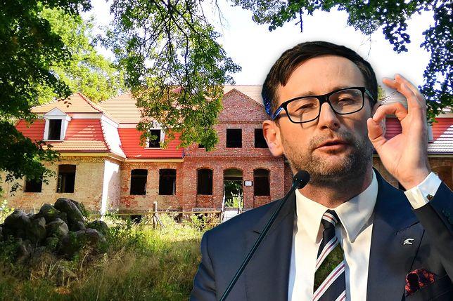 Daniel Obajtek na tle swojego dworku w Borkówku (woj. pomorskie)