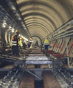 Warszawa. Metro na Bródnie. Ułożono już niemal połowę torowiska