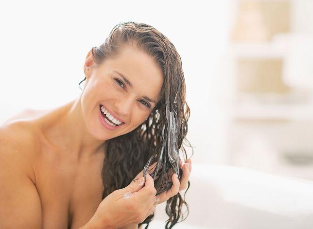 Odżywka do włosów z keratyną skutecznie odbuduje zniszczone pasma.