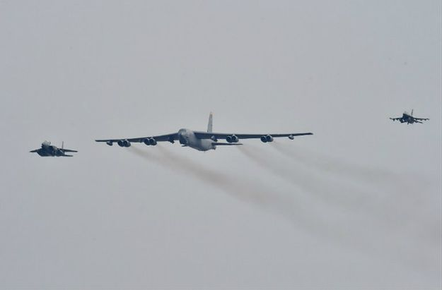 Bombowiec B-52 (pośrodku)