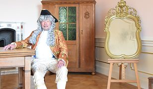 Meble oraz lustro w złotej ramie zdobią teraz jedną z zamkowych komnat