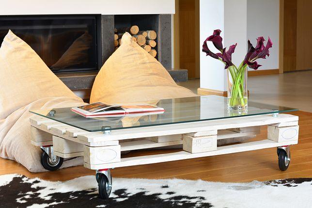 W wielu rustykalnych salonach centralne miejsce zajmują własnoręcznie wykonane stoliki z palet