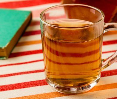 Lubisz pić herbatę? Sprawdź, z czym nie wolno jej łączyć