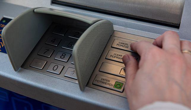 Przybywa przestępstw skimmingowych. Polacy wciąż powinny uważać przy bankomatach