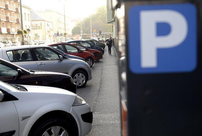 Aktywiści miejscy chcą pozostawić możliwość parkowania dwoma kołami na chodniku.