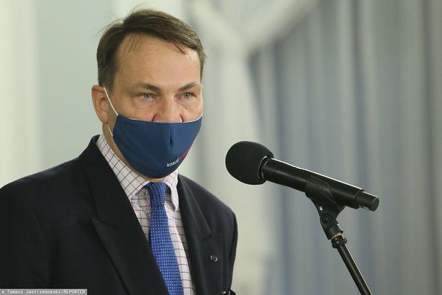 """Koronawirus. Radosław Sikorski zarzuca """"nieudolność"""" rządowi przy szczepionkach na COVID-19"""
