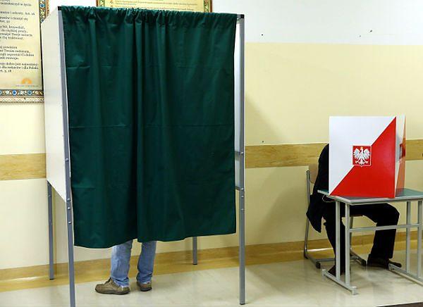 Głosowanie w lokalu wyborczym (zdj. ilustr.)