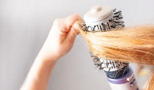 Suszarko-lokówka suszy włosy i jednocześnie je podkręca