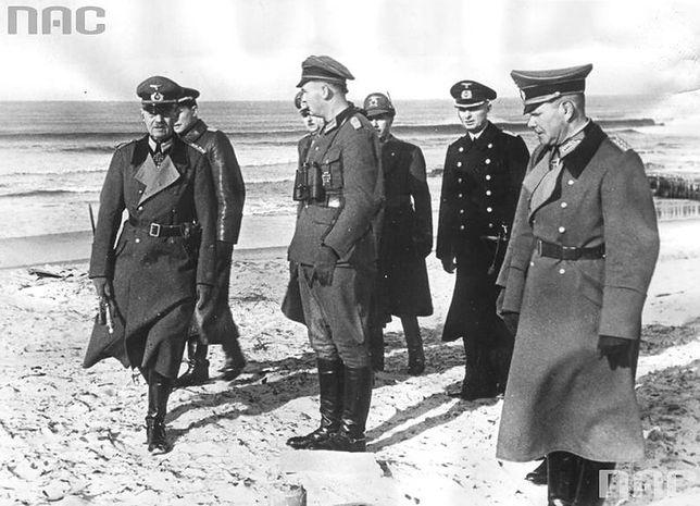 Marszałek Gerd von Rundstedt (pierwszy z lewej) w otoczeniu żołnierzy podczas inspekcji nad wybrzeżem Atlantyku. Luty 1943 r.