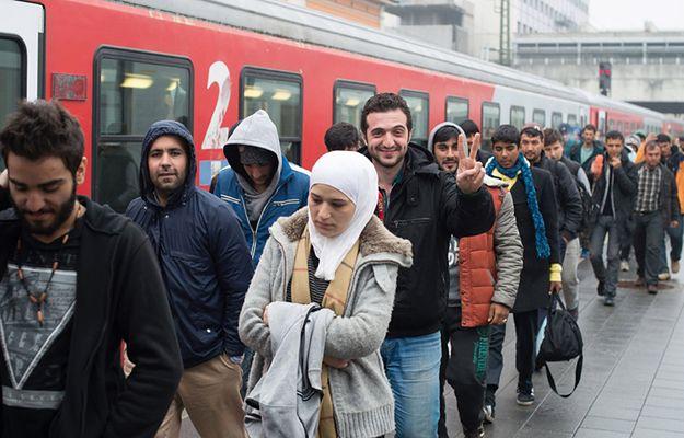 Uchodźcy z Austrii przewiezieni do niemieckiego Passau pod koniec 2015 r.
