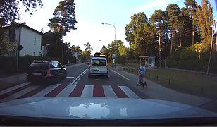 Kierowca omija samochód na przejściu dla pieszych
