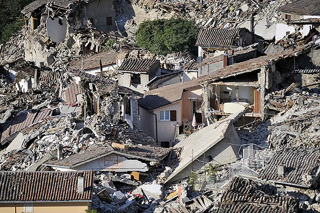 """""""Charlie Hebdo"""" znów szokuje. Ofiary trzęsienia ziemi jako dania włoskiej kuchni"""