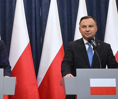 """Mateusz Morawiecki i Andrzej Duda. Wspólnie zaprezentowali pakiet """"Tarczy antykryzysowej"""" na rzecz uporania się z finansowymi skutkami pandemii koronawirusa."""