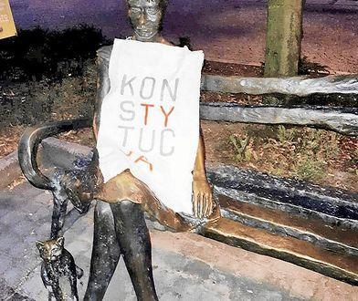 """Napis """"Konstytucja"""" nie znieważa pomników"""